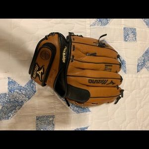 Young Adult Mizuno Right Handed Baseball Glove